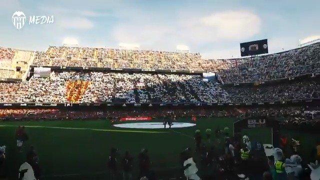 🧡💯🦇#VCFEtern  La afición le da colorido a #Mestalla con un tifo espectacular   🔗 http://bit.ly/TifoMestalla