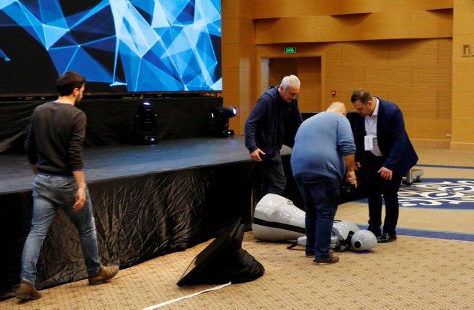 Dans gösterisi yapması planlanan insansı robot Mini Ada, sahneden düşerek parçalandı Fotoğraf