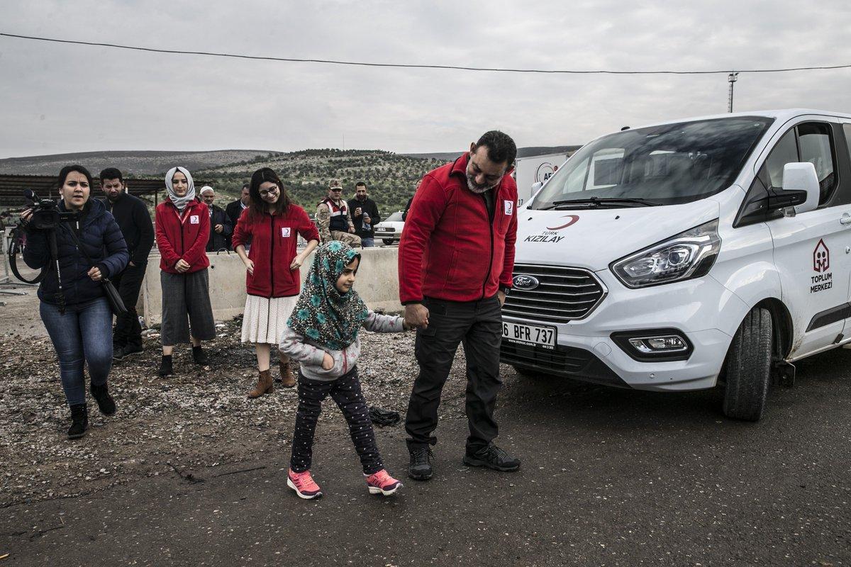 [Photos] La petite Syrienne Maya regagne son pays avec ses prothèses de jambes, - Née avec une malformation congénitale et sans membres inférieurs, la petite Syrienne de huit ans, Maya Meri, est rentrée dans son pays avec ses prothèses de jambes. http://v.aa.com.tr/1333253