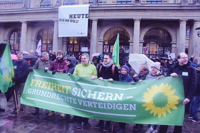 Fett, trotz Schietwetter und Adventszeit rund Menschen in #Hannover auf der Straße gegen das niedersächsische Polizeigesetz. Freiheit statt Polizeistaat! #noNPoG Foto