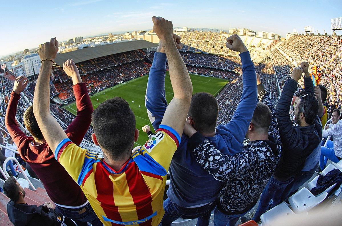 🎟 Sortegem dos entrades @ChampionsLeague 🇪🇺 per al partit contra el Manchester United  Les vols? Vine a #Mestalla a recolzar al teu equip 🏟🦇  👉 has de seguir el compte @valenciacf_vale 👉 Retuiteja esta publicació 👉 Comenta citant a un amic 😉  Sort, i Amunt, Valencia!!!