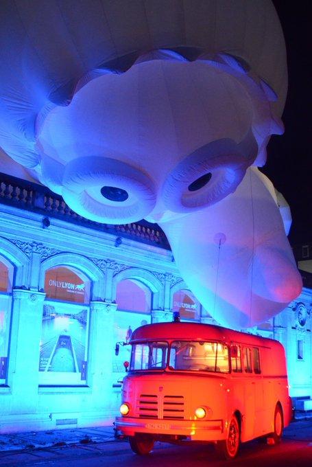 Info @FeteLumieres 🌃 Les installations de la place #bellecour, de la place Antonin Poncet et de la place de la République sont accessibles au public! Bonne #fetedeslumieres à tous! Photo