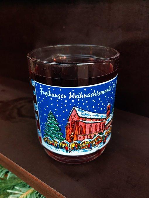 Freiburgもクリスマスマーケットやってるよ。 ホットワイン🍷がおすすめだよ(多分)。ノンアルコールにしたけど(ホットグレープジュースみたい)これも美味しかった! めっちゃ速い観覧車もあった。どうやって乗るんやろって思ったら、止まる方式だったみたい。 Foto