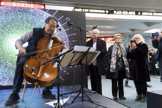 Yo-Yo Ma ravi le public du métro Place-des-Arts Photo