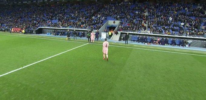 ÚLTIMO CAMBIO en las filas visitantes. Se retira Rakitic y Valverde le da minutos a Denis Suárez. Minuto 82. Espanyol 0-4 Barcelona. Foto