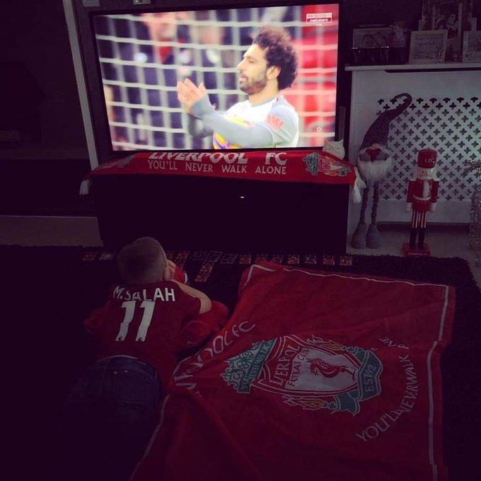 مشجع انجليزي يلتقط هذه الصورة اليوم لابنه وهو يشاهد مباراة ليفربول اليوم 😍 #BOULIV @MoSalah 👑 Photo