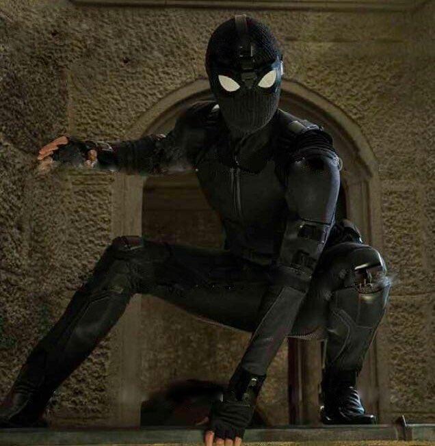 Tom Holland usa o traje furtivo na primeira imagem oficial de Homem-Aranha: Longe de Casa. O QUE ESTÁ SENDO ESSA CCXP18? 😱 Foto