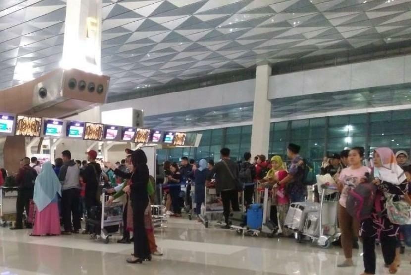 Bandara Soekarno-Hatta Raih Best Airport 2018 http://news.masjmzs.com//index/xnews/index.html?uuid=a9e5928ec73fe947bfb19df51da2e3a2&to_platfrom=old…