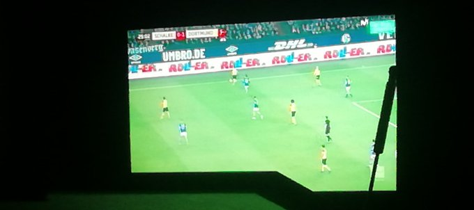 Schalke - Dortmund para seguir con el repaso del fútbol internacional. Los de Favre cada vez son un equipo más fiable. Y cuentan con un Jadon Sancho que es una delicia verlo #Bundesliga Photo