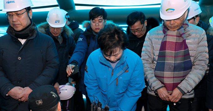 김현미는 KTX 사고에 대해 변명의 말이 필요 없다고 말했다(영상) : 강릉선 KTX 탈선 사고의 복구 작업이 이틀째 이어지는 가운데, 김현미 국토교통부 장관이 사고 현장을 찾았다. 사진