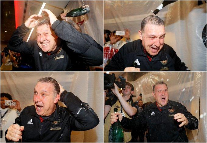 ¡Baño de gloria! MIREN la alegria del Tata Martino lo empaparon de champagne para celebrar el primer título del Atlanta United en la MLS. Photo