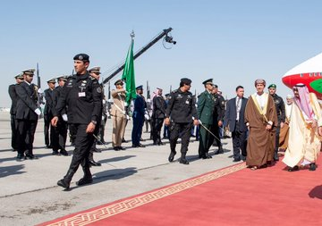 The arrival of GCC leaders to attend the Gulf summit ... and King Salman at the reception Dt95si0WkAA955j?format=jpg&name=360x360