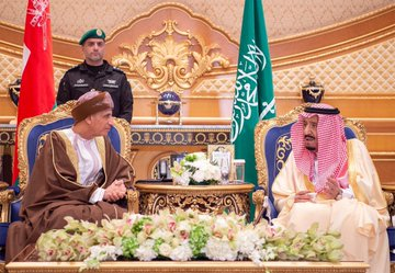 The arrival of GCC leaders to attend the Gulf summit ... and King Salman at the reception Dt95si0XcAEuJn_?format=jpg&name=360x360