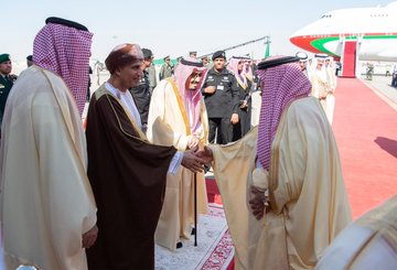 The arrival of GCC leaders to attend the Gulf summit ... and King Salman at the reception Dt95sizWkAAhDMj?format=jpg&name=360x360