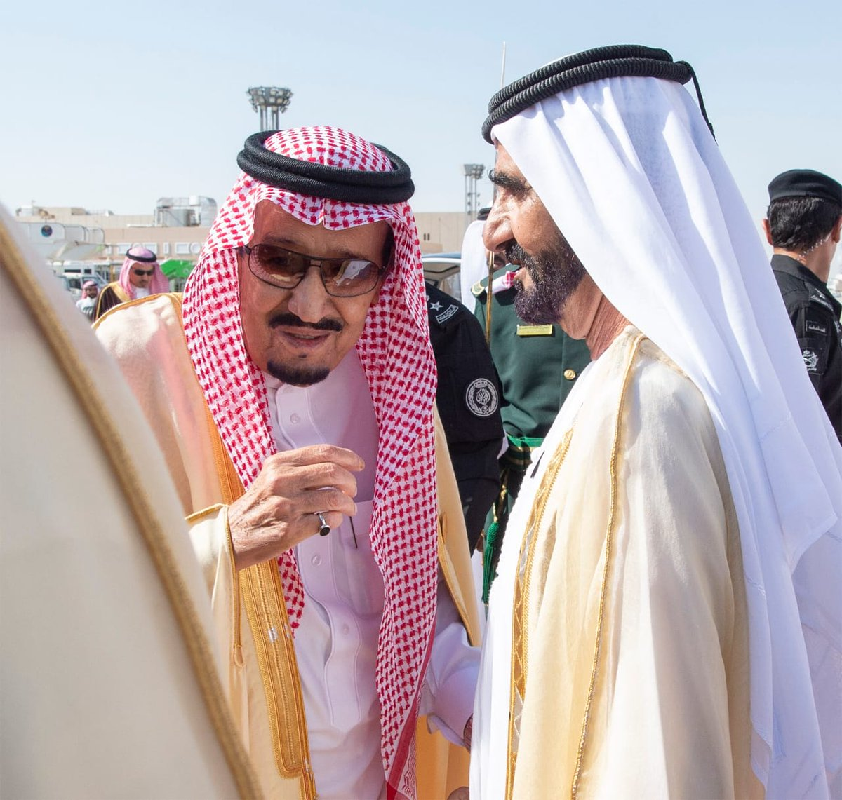 The arrival of GCC leaders to attend the Gulf summit ... and King Salman at the reception Dt96QKaW4AYgLYg