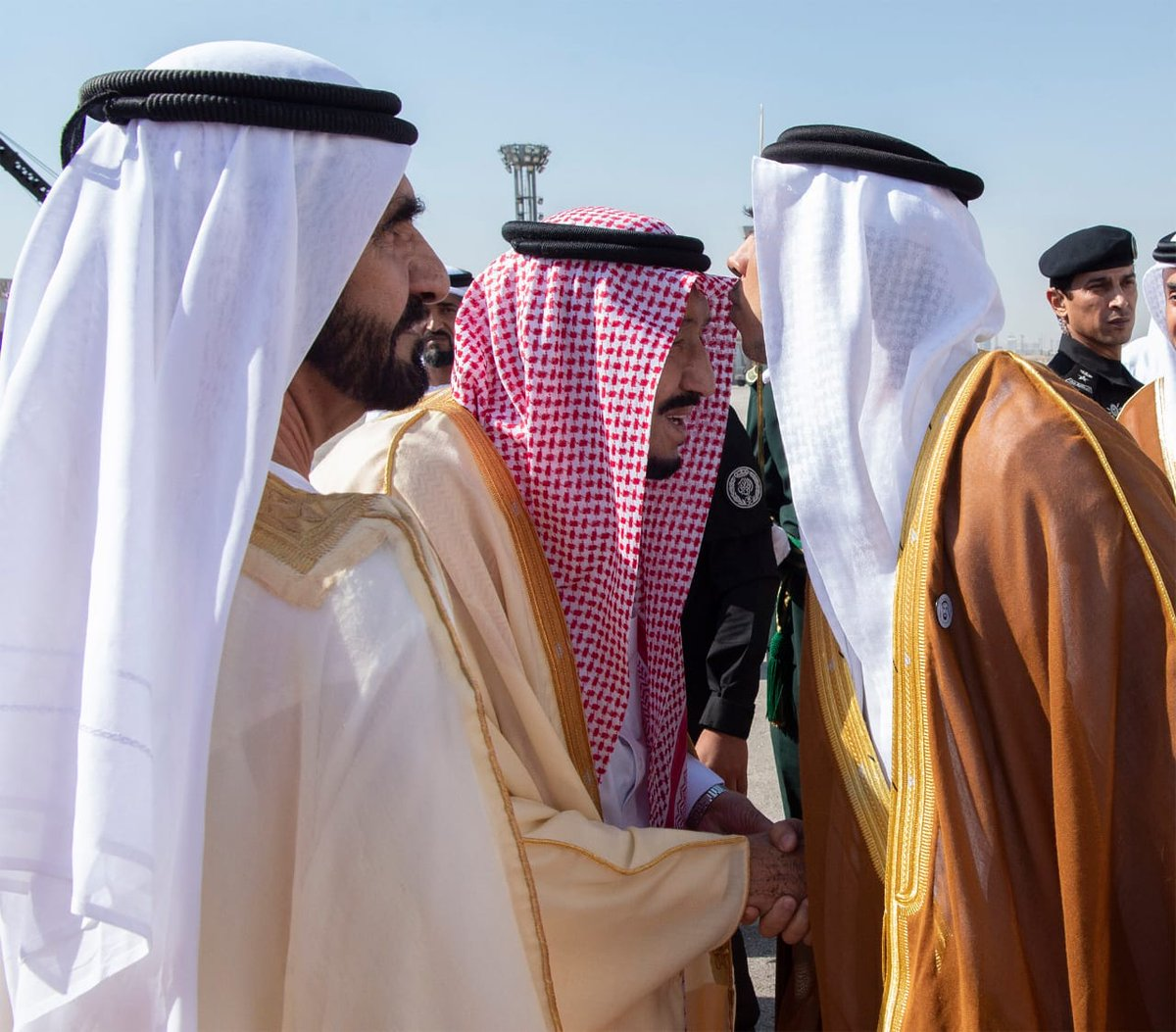 The arrival of GCC leaders to attend the Gulf summit ... and King Salman at the reception Dt96RIXWsAAntUX