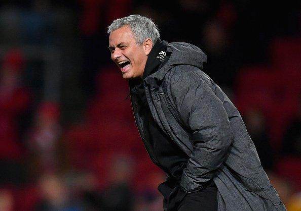 Fulham maçı sonrası basın toplantısında su bulamayan Jose Mourinho; Su yok mu? Ocak transferi için para mı biriktiriyoruz? Photo