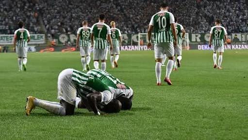 Konyaspor, Aykut Kocaman yönetiminde aldığı ağır mağlubiyetlerin ardından uzun namağlubiyet serileriyle yakalayarak her defasında yukarıya tırmanan taraf olmuştur. Her karanlık gecenin bir sabahı vardır. #Günaydın Fotoğraf
