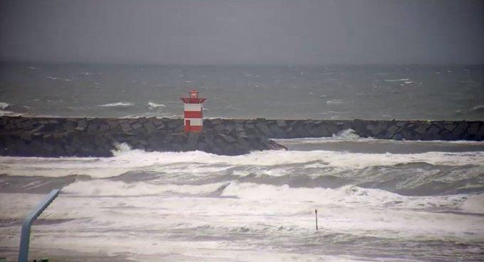 Vermiste kitesurfer gevonden bij Scheveningse haven https://t.co/Ii7VNQgmWt https://t.co/XZeXS8A0LE