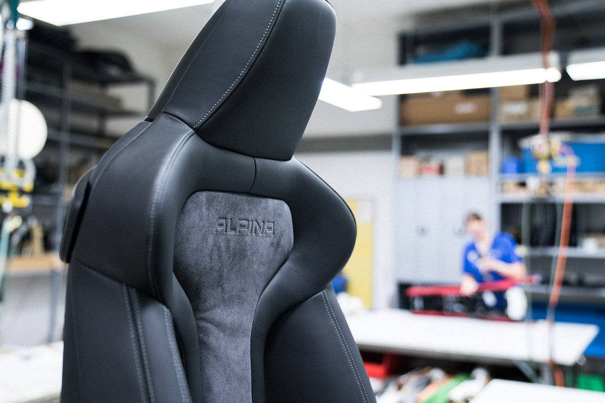 Exclusive Craftsmanship 3/3 The ALPINA lettering is embossed in the backrests using a CNC machined copper stamp heated to 140* C and with a force of 400 kg. The subtle decorative striping on the seat surface is finished in black or orange (with Fire Orange paintwork only),