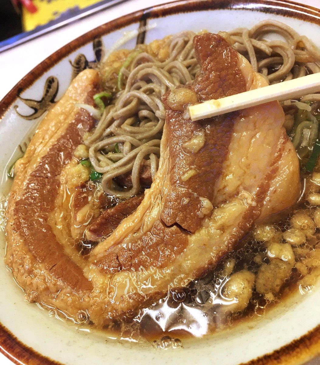 飯田橋にある『豊しま(とよしま)』では、朝6時半からガッツリ、厚肉そばが食べられます!濃いめの出汁のおそばに、巨大な煮豚の甘辛い味付け・・・身体に美味しさが染み渡る~!⇒ #メシコレ
