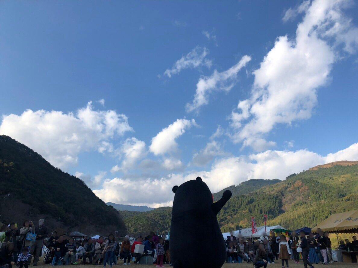 先日、「秋フェスタinみずかみ」に行ってきたモン☆水上村のお野菜がたくさんあってにぎわってたモン!ボクもくまモン体操ば踊って、会場を盛り上げたモン!みなさんもぜひ一度、水上村にきてはいよ〜☆
