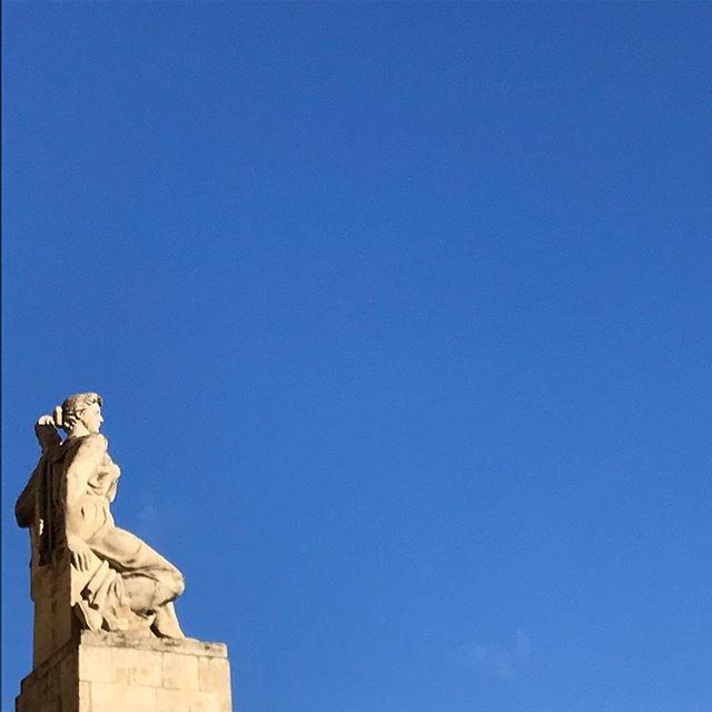 On the lookout at #Barrikadnaya  #осень #архитектурамосквы #высотка #ссср #моямосква #баррикадная #blueskies #moscow #sovietarchitecture #statue #autumngoingonwinter https://ift.tt/2r7D45Wpic.twitter.com/Uk2Idecv2w
