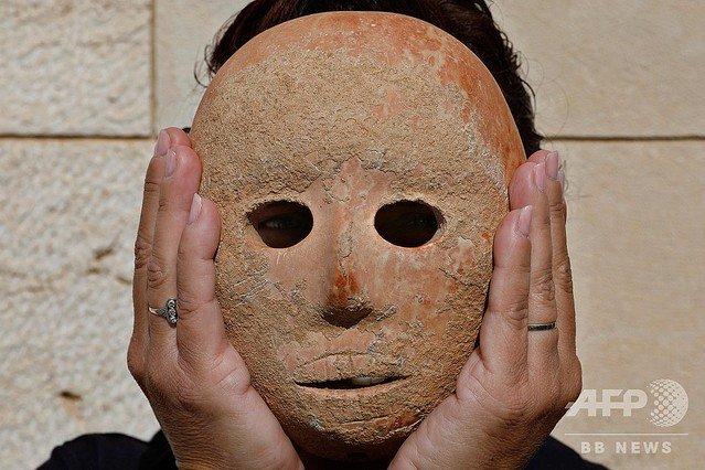 【希少】9000年前の「石の仮面」、イスラエル考古学庁が公開農耕社会の始まりと関連があるとみられ、経済活動の移行によって宗教儀式が活発に行われるようになったのだという。