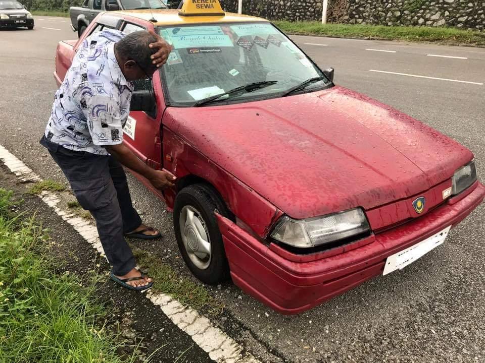 Kondisi taksi milik Angadorai setelah tak sengaja menabrak mobil milik Mizan.
