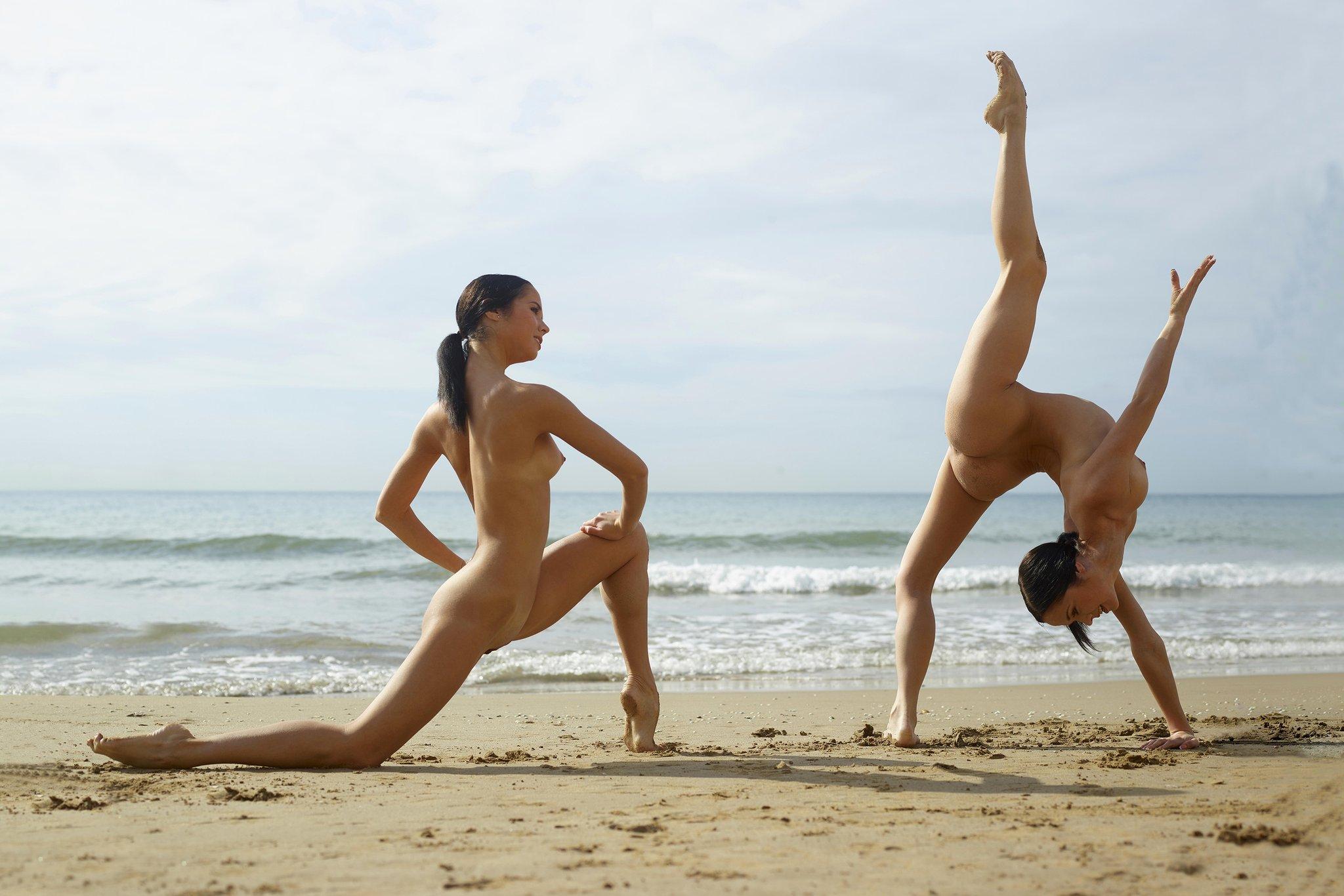 гимнастки резвятся на пляже отодрал девку