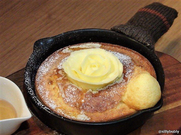 大阪・あべのマルシェにある『森のオーブンカフェ ponfy』のポンフィパンケーキが最高っ!!熱々スキレットで焼かれたパンケーキは厚みがあってふわっふわ!パラの形のバターがどんどん溶けて染みていきます。ドリンクとセットで800円なんて良心的~!⇒ #メシコレ