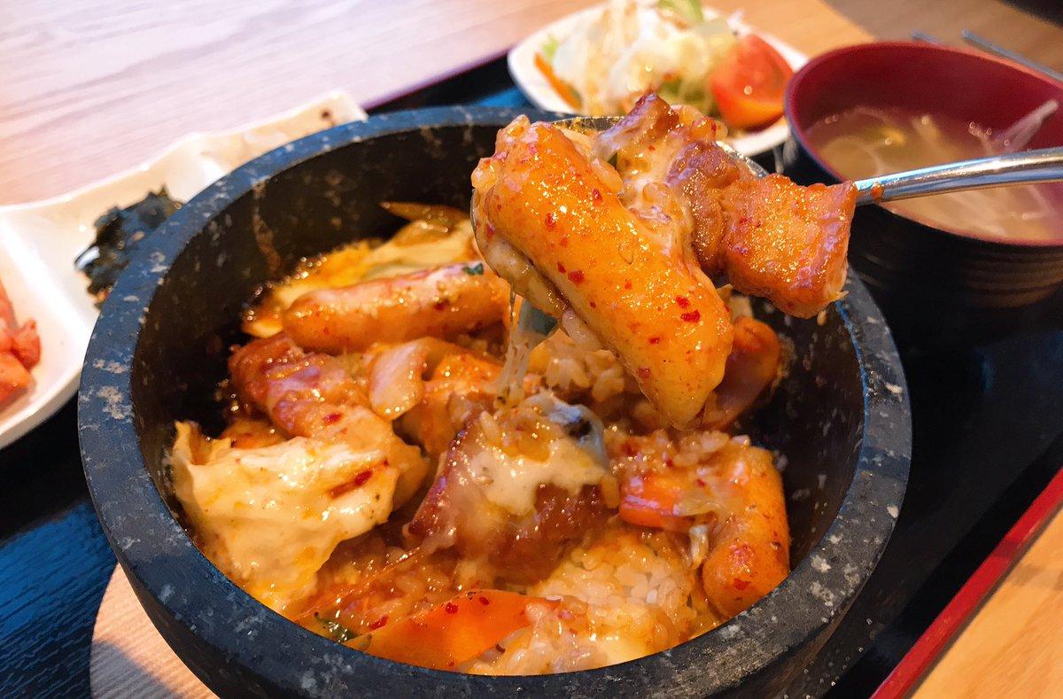まじでこの世の全てのチーズ好きに教えてあげたいんだが新宿のyakuyaku食堂には全ての人間を虜にする禁断の石焼ビビンバがある。これが国産厚切りサムギョプサルともちもちトッポギ入りで超絶美味いからぜひ全国のチーズ好き、チーズを愛する者たち、チーズを憎む者たち、全てのチーズ関係者に伝われ