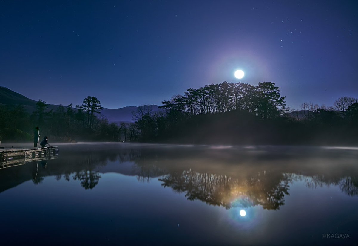 静寂の湖に月が昇りました。夜霧と月がつくり出した淡い色彩は、秋の夜の一瞬の夢のようでした。(先日撮影)