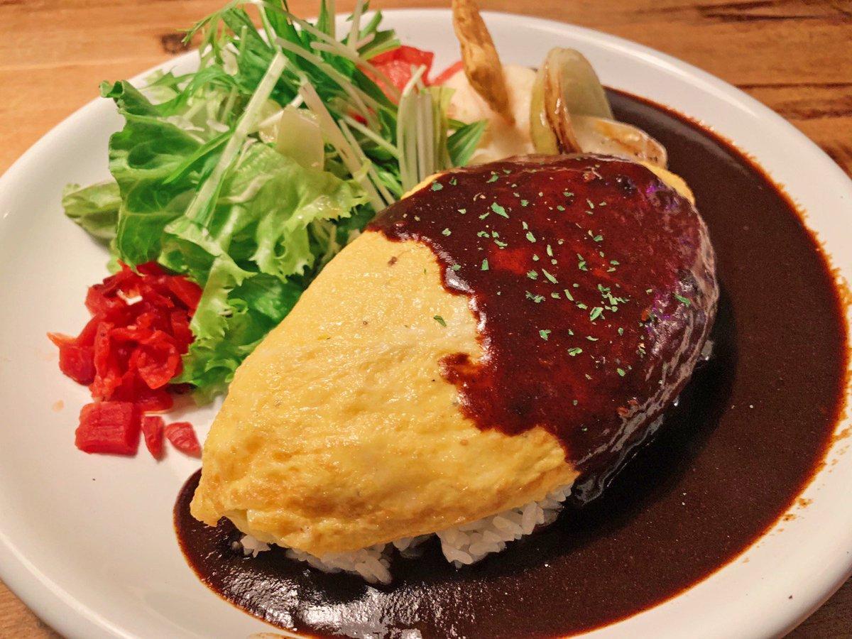 【モボ・モガ】@東京:渋谷駅から徒歩6分とろふわ食感の「チーズオムレツカレー」を食べられるお店。スパイシーな味付けのカレーと、濃厚なチーズの組み合わせでマイルドな味付けに✨ふっくらとしたオムレツの下にはライスが隠れており、全ての相性が抜群!店内の雰囲気もオシャレなお店です?