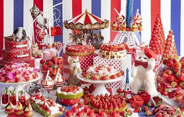 1000RT:【可愛すぎ】ヒルトン東京、「ねこ×いちご」のデザートビュッフェ開催!パリの街を彷彿とさせる台に、愛らしい猫のモチーフや、新作いちごデザート約30種類が並びます。12月26日から。
