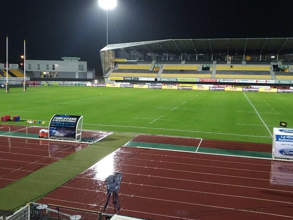 """A 1h30 du coup d'envoi, la pluie est toujours là au stade Guy #Boniface. Et selon un des futurs acteurs du match, le terrain est """"gras mais pas mal"""" #pointmeteo #SMCAB #ProD2"""