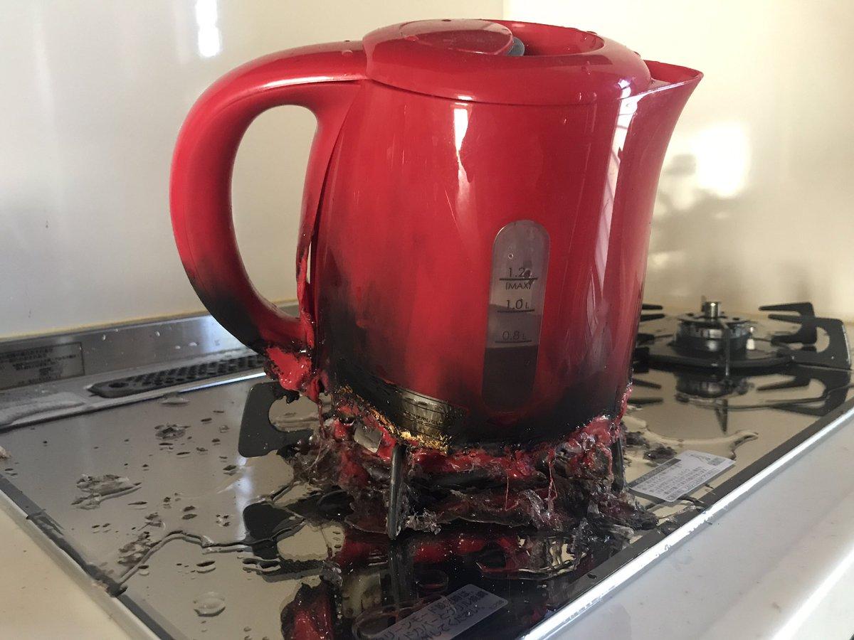 【悲報】寝起きワイ、湯沸かし器を火にかけるという致命的ミス