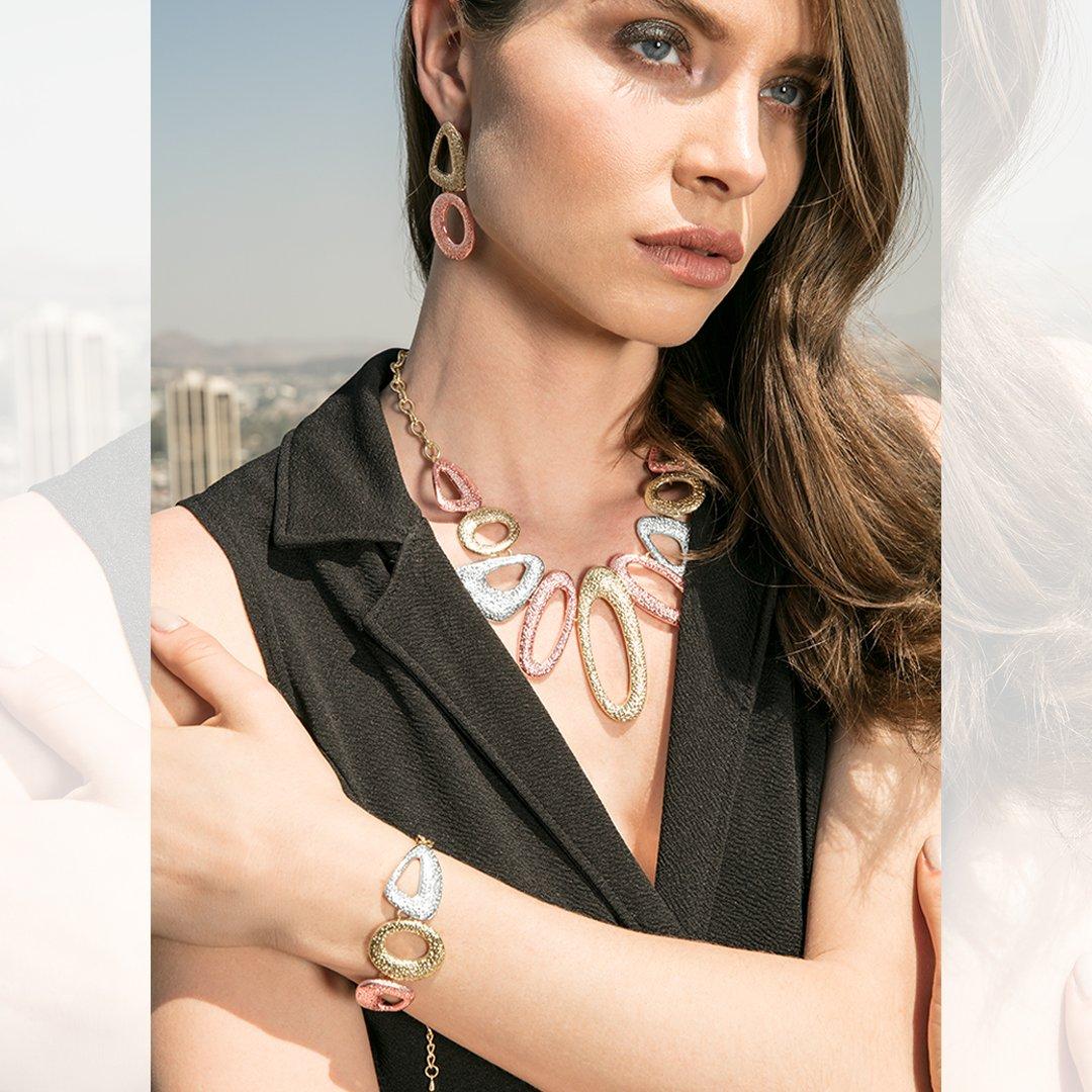Prepárate y luce increíble esta Navidad🎄🎅🎁❄️, utilizando accesorios para que luzcas radiante.  💍💎☃️ #Accesorios #Moda #Fashion #AndréBadi #Collares #Brazaletes #Navidad   https://t.co/KW1TvTbq1M https://t.co/RaX9V2fs5H