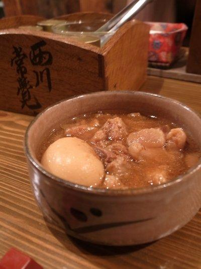 荻窪にある『煮込みや まる。』は、夜な夜な地元民たちが集う人気酒場。こちらのお店の看板メニューは