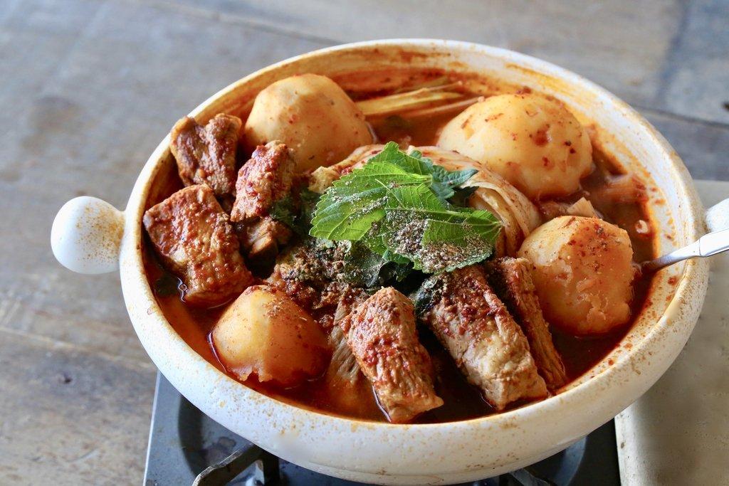 韓国のピリ辛鍋「カムジャタン」が実は家でも簡単に作れるし美味しいし冬にオススメなんですよ骨付き肉の旨味をホクホクじゃがいもがまとって…そりゃもうウマい……じゃがいも丸ごと入れるっていうのも豪快でそそられてしまう〆は炒めご飯か春雨がオススメです!