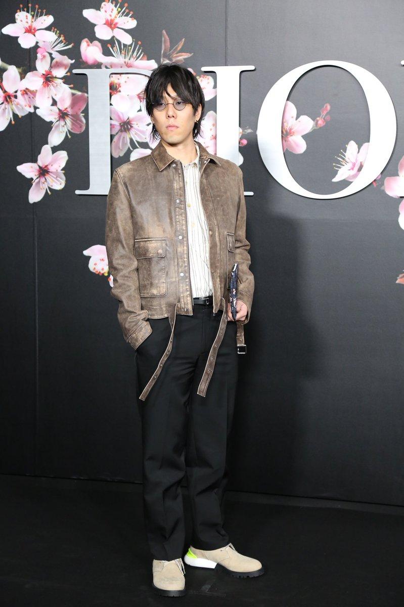 【イベント取材】「ディオール」のショー会場に、RADWIMPSの野田洋次郎さんが来場!ブラウンのジャケットとシューズをマッチさせたスタイリングです。#DIOR #DIORPREFALL #RADWIMPS #野田洋次郎
