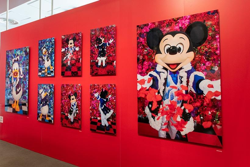 【色鮮やかな写真展が、今日からスタート!】東京都にある「フジフイルム スクエア」では、「イマジニング・ザ・マジック」の写真展が開催中!会場では東京ディズニーランドでこれから発売予定の、写真家 蜷川実花さんの作品を使用した新しいグッズもご紹介。くわしくは>>