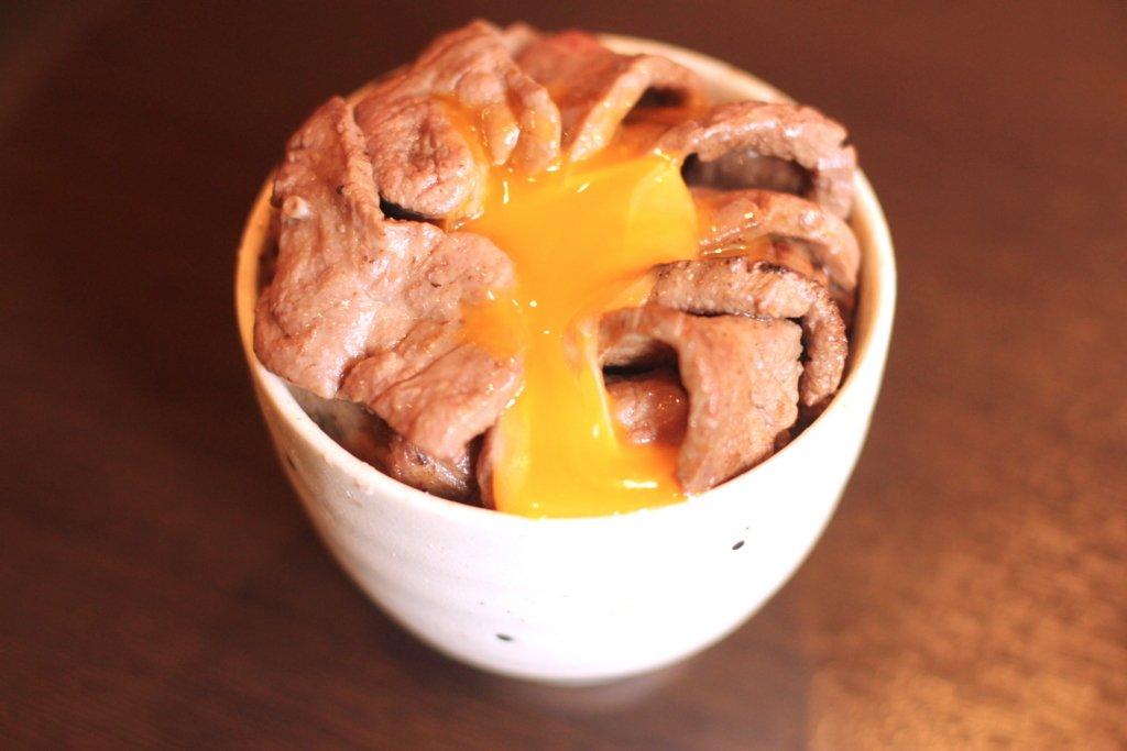 上野「一心たん助」の食べ放題メニューはカルビやロース、TKGなど様々なメニューがあります。看板メニューの牛タン以外も肉は本当にこれが食べ放題でいいのか疑いたくなるような上級な味わいと柔らかさを誇り体中の水分が徐々に肉汁へと変換されていく現象が体感できます…!