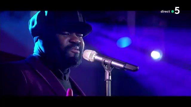 Il est LA voix masculine du jazz, le talent à l'état brut ! 🎶 🎹 En intégralité, le titre #MonaLisa repris par @GregoryPorter, c'était hier en #live sur la scène de #CàVous ! Pour (re)voir l'émission 👉  https://bit.ly/2BHKL8V