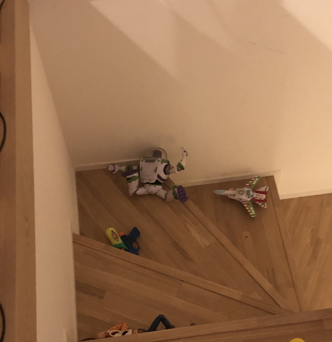 今日夕方頃、2名の戦士が階段で身動きが取れない状態で発見されました。すぐ救出に向かい話を聞くと2人は「これが私達の本望です」と男らしく語りました。本日もお疲れ様でした。