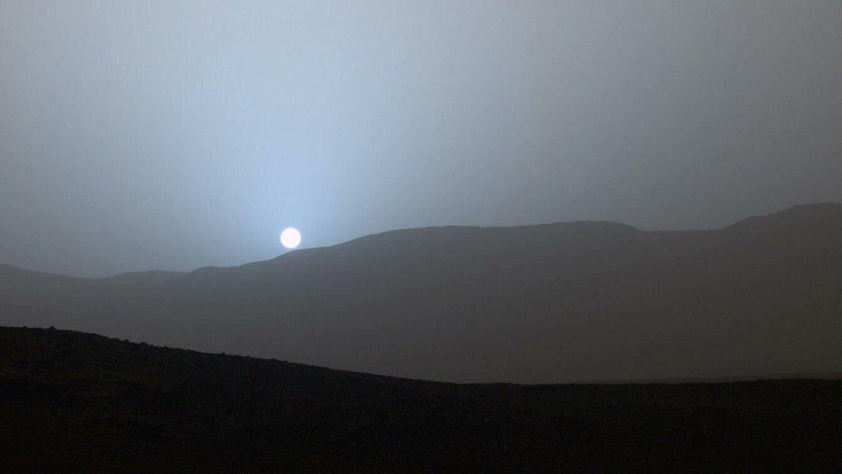 Un coucher de soleil, mais vu depuis Mars. Cette photo me fascine à un point !...