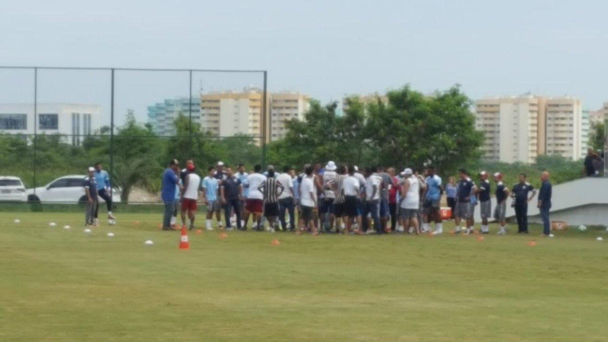 URGENTE! Torcedores do Fluminense invade CT para cobrar jogadores, mas acabam treinando e serão titulares para salvar o Flu do rebaixamento