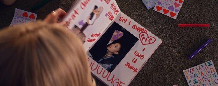 """""""Enoooorme"""": no vídeo de """"thank u, next"""", Ariana Grande faz referências ao """"grande instrumento"""" de seu ex-noivo Pete Davidson e pede desculpas para ele"""