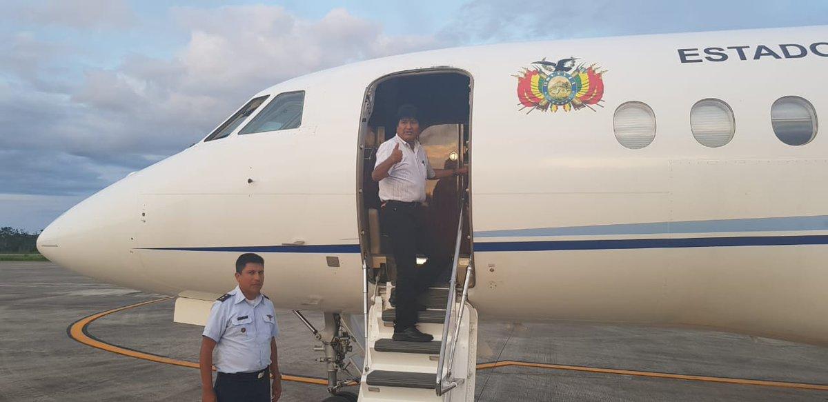 #ÚLTIMO El presidente  parte a México, desde el aeropuerto internacional de Chimoré,  para particip#Cochabambaar mañana en la transmisión de mando y posesión de  como nuevo presidente de ese país.