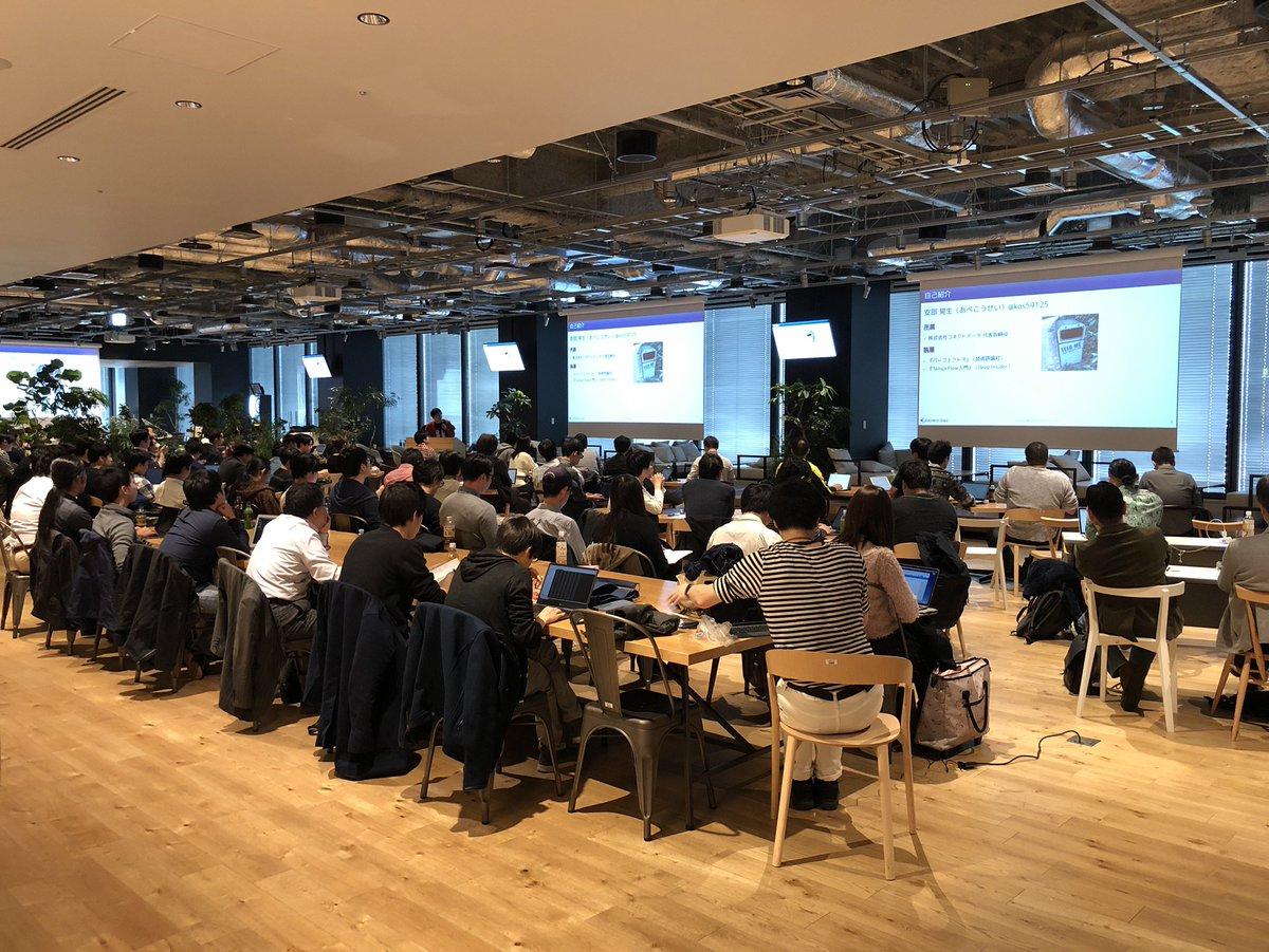 本日LINEの新宿オフィスでは、統計処理ソフトウェアであるRに関する勉強会「Japan.R 2018」が開催中!全国各地のRコミュニティから集まった開発者の方で、会場のカフェは超満員。全26トークという盛りだくさんな内容で知見を共有しています。#japanr